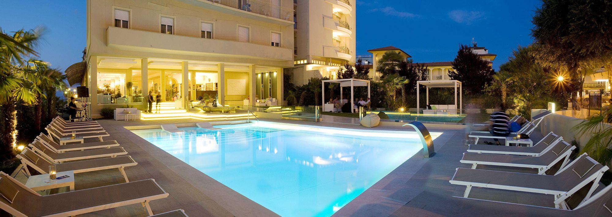 Hotel con piscina sempre esposta al sole a cattolica for Hotel con piscina